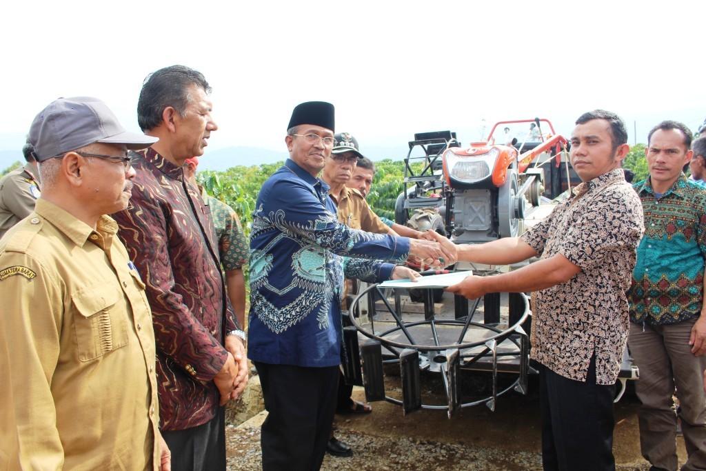 16250254974-petani_kopi_solok_dapat_traktor.jpg